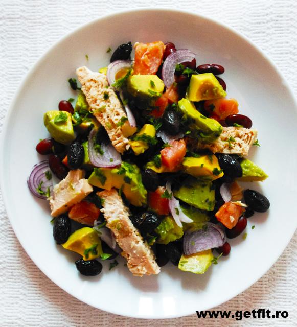 Imaginea articolului: Salata cu avocado, somon si fasole rosie