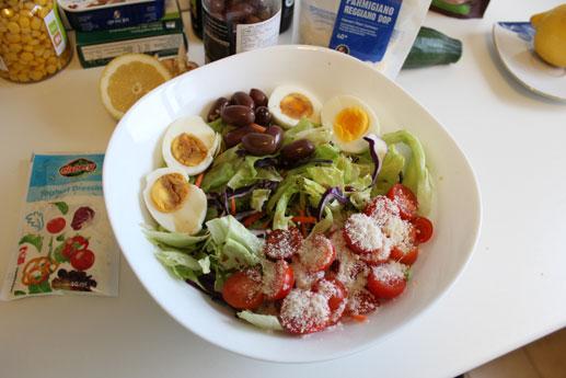 Imaginea reprezentativa pentru articolul: Salata cu ou, masline, rosii, parmezan